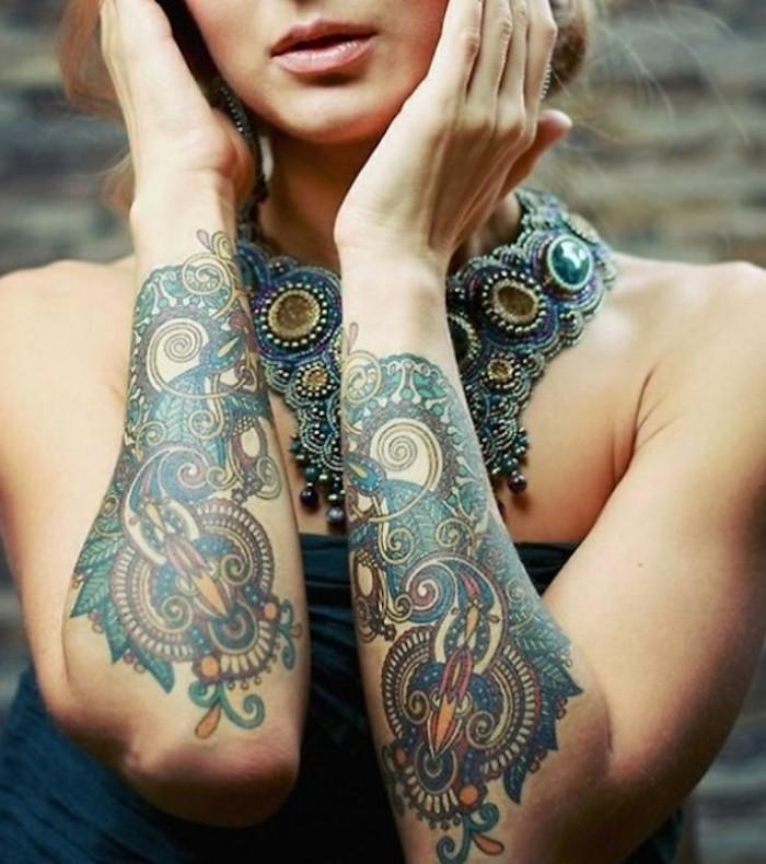 originales diseños de tatuajes mujer en el antebrazo, tattoos simbolicos con ornamentos y flores, diseños de tattoos bonitos