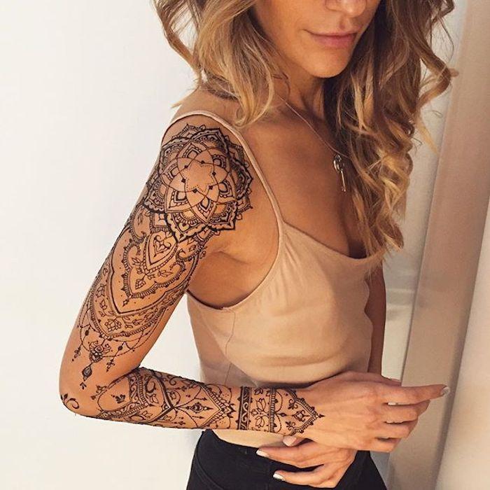 tatuaje brazo entero con mandalas y ornamentos, imágenes de tatuajes pequeños para mujer, tatuajes bonitos con elementos florales