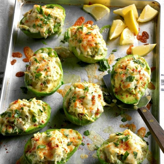 aguacates rellenos con huevos y vegetales, barcos de aguacates super ricos, recetas con aguacates super originales