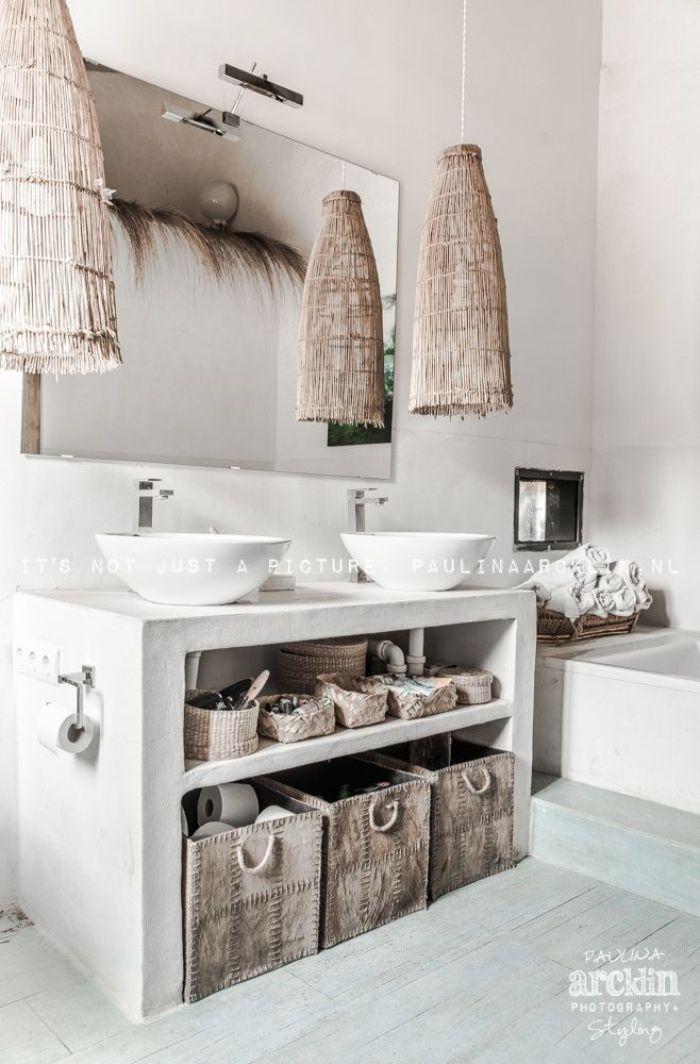 precioso cuarto de baño en estilo rústico, baño decorado en color blanco con detalles de mimbre y grande espejo en la pared