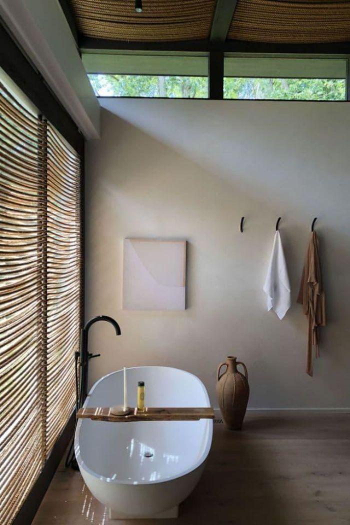 cuarto de baño rústico decorado en blanco con suelo de parquet y muebles de madera, baños en estilo bohemio
