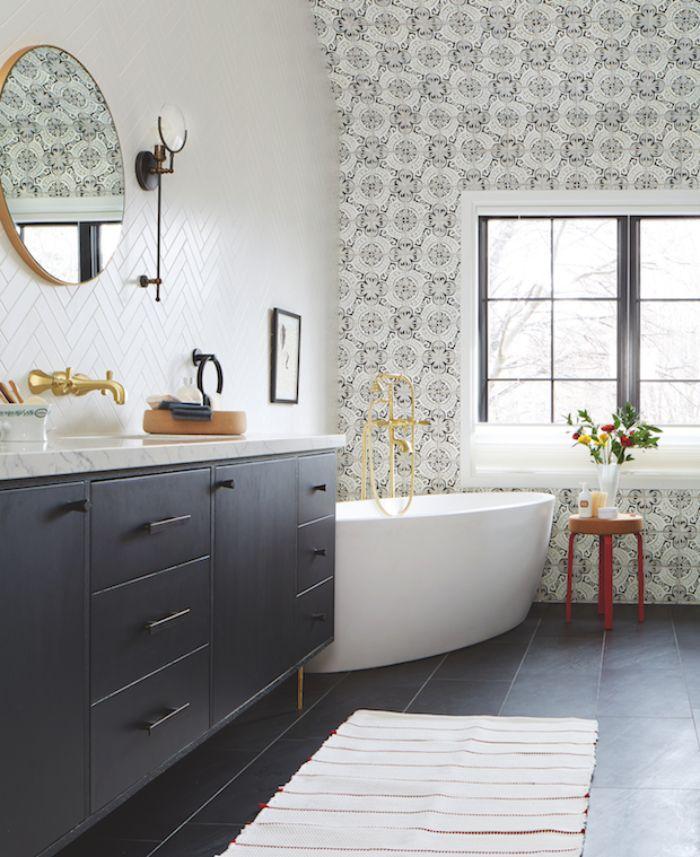 baños grandes decorados en estilo vintage, paredes pintadas en blanco y papel pintado con motivos florales, baldosas negras