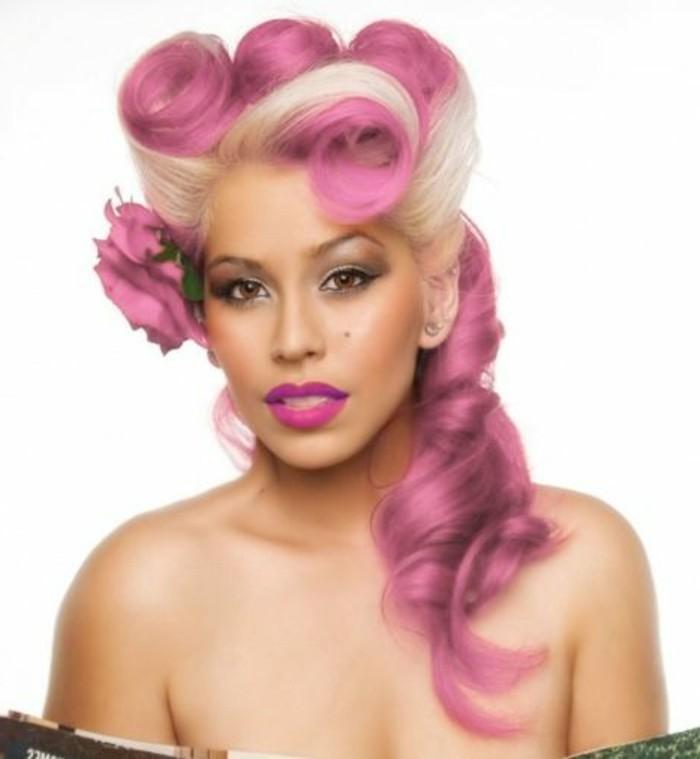 super originales ideas de peinados mujer inspirados en el estilo de los años 50, peinado pelo largo rizado con mechas color rosa