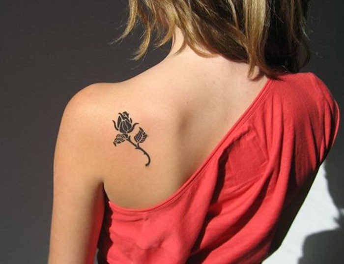 pequeño detalles tatuado en la espalda, tatuajes bonitos para mujer, tatuajes minimalistas mujer, diseños de tattoos