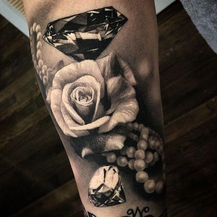 ideas de tatuajes old school con rosas y diamantes, tatuaje antebrazo en estilo vintage con flores, perlas y diamantes