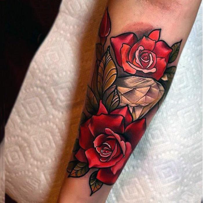 ideas de tatuajes con rosas para mujer, tatuajes grandes en el antebrazo, magníficas propuestas de tattoos en fotos