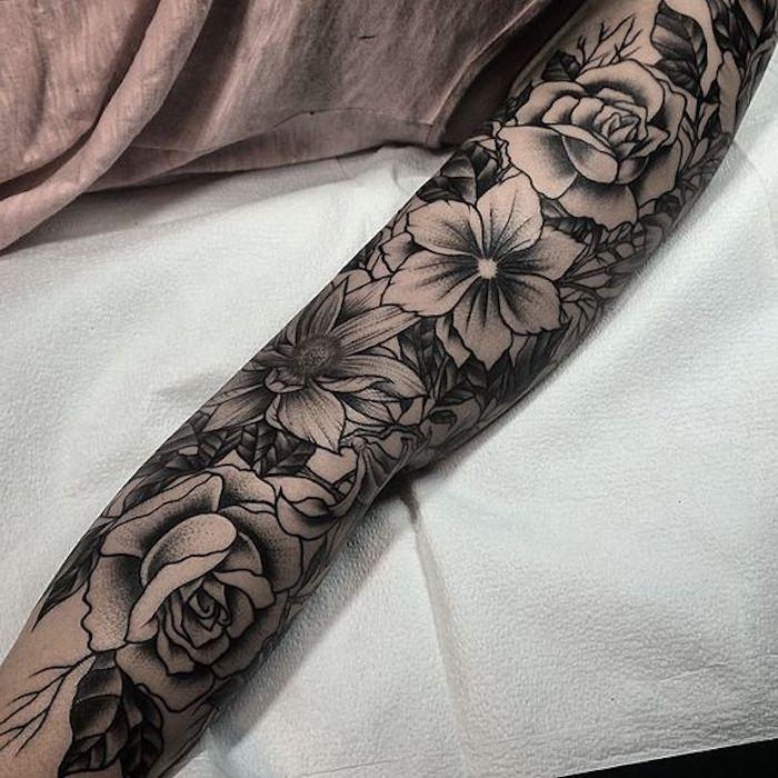 tatuajes antebrazo entero con flores y rosas, tatuajes bonitos para mujer, diseños de tatuajes en estilo old school