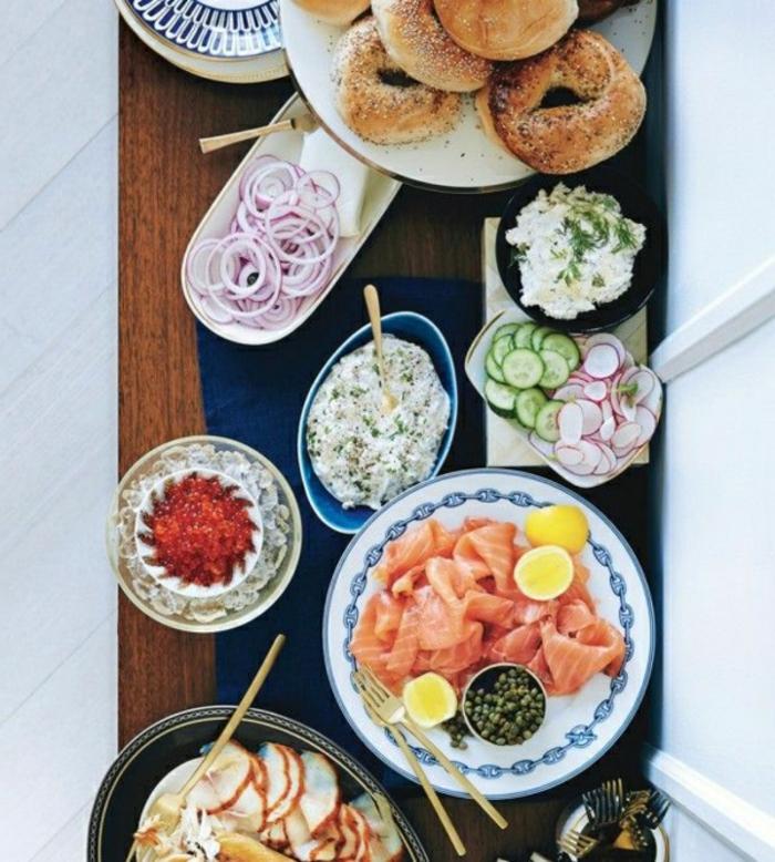 las mejroes ideas para un brunch, salmón ahumado con limón, vegetales y pan, ensaladilla ricas con pepinos y rebanos