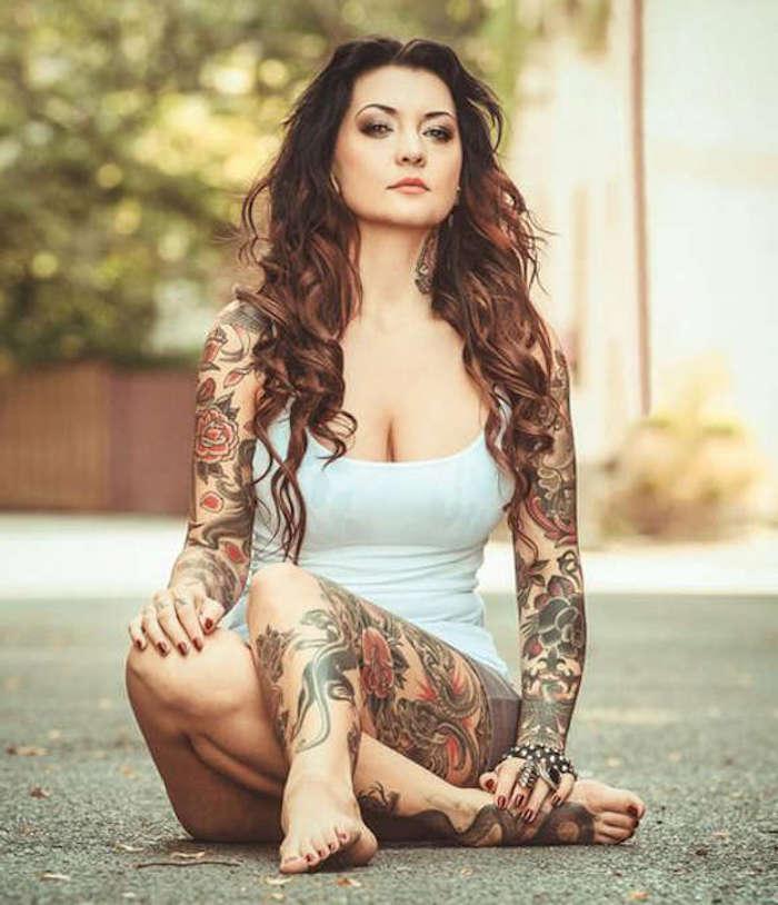 tatuajes old school para mujeres, diseños de tatuajes para mujeres con rosas y motivos vintage, ideas de tatuajes fotos