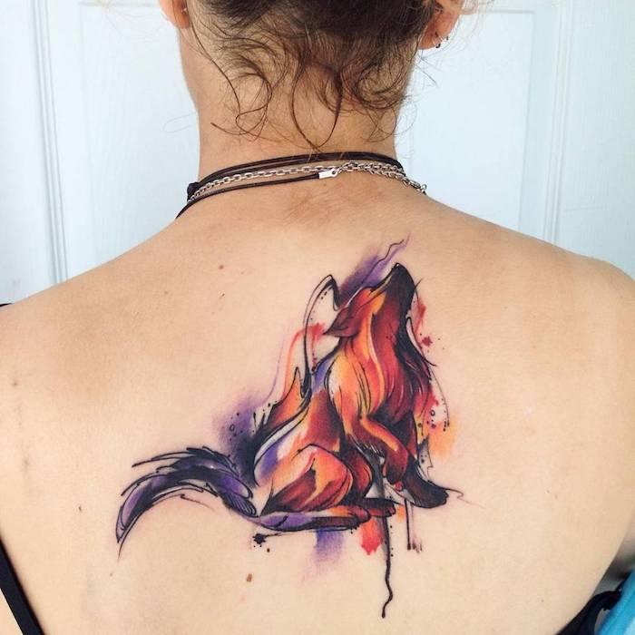imágenes con diseños de tatuajes para mujer en la espalda, tatuaje lobo en acuarelas en la espalda, diseños de tatuajes