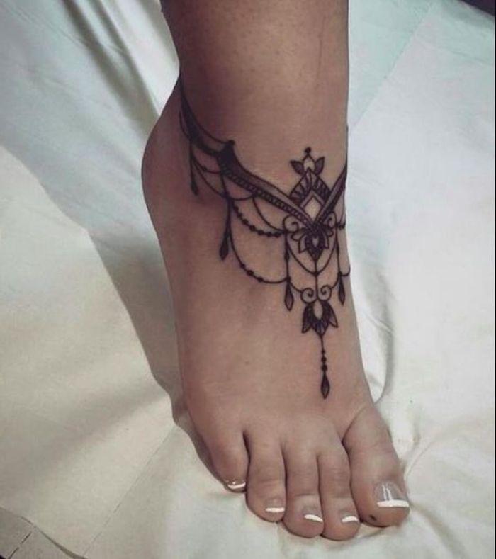 precioso diseño de tatuaje ornamentado en la pie, diseños de tatuajes originales, tatuajes para mujer en la espalda