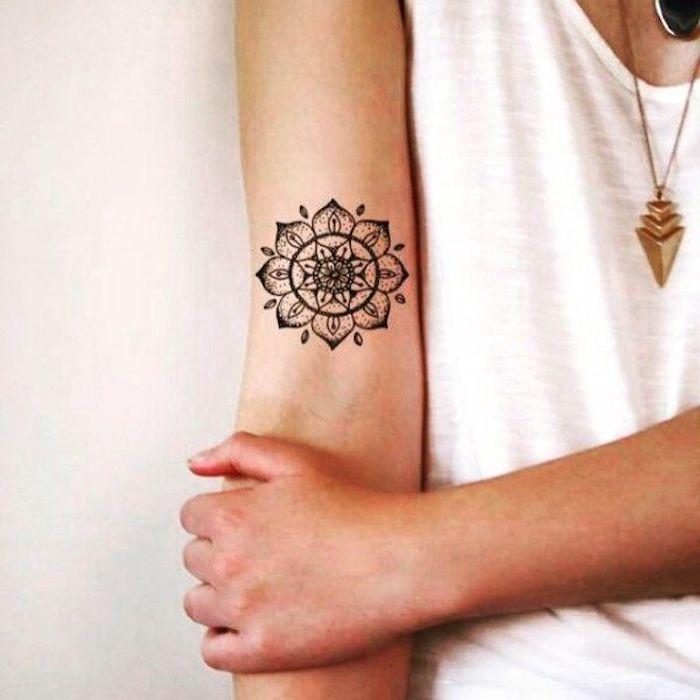 precioso tatuaje mandala en el brazo, tatuajes para mujer en la espalda, tatuajes con flores y mandalas para chicas