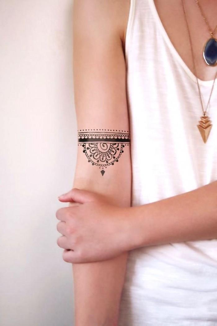 tatuaje brazo con brazalete, tatuajes para mujer en la espalda, bonitos diseños de tattoos para mujeres, fotos de tatuajes