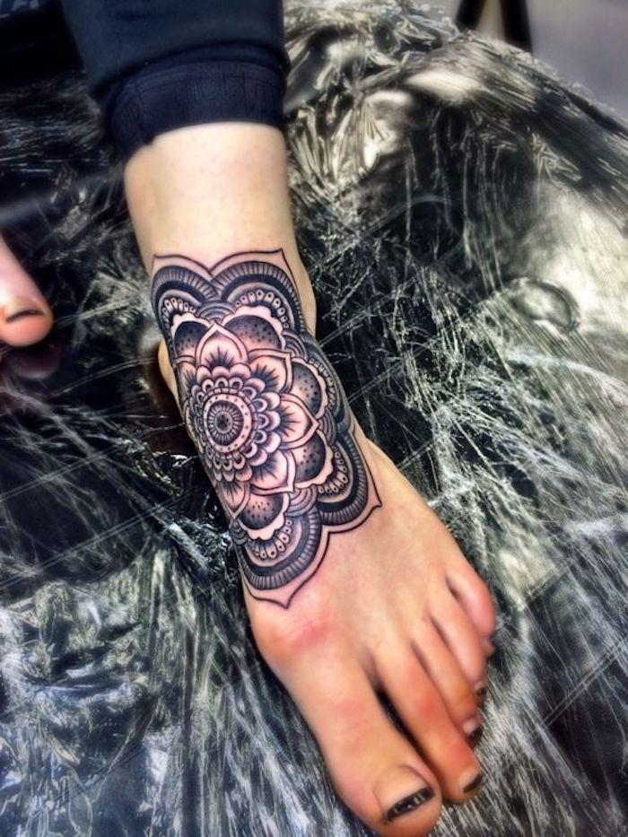 tatuaje ornamentado en el pie, diseños de tatuajes mujer con mandalas, fotos de tatuajes con flores para damas