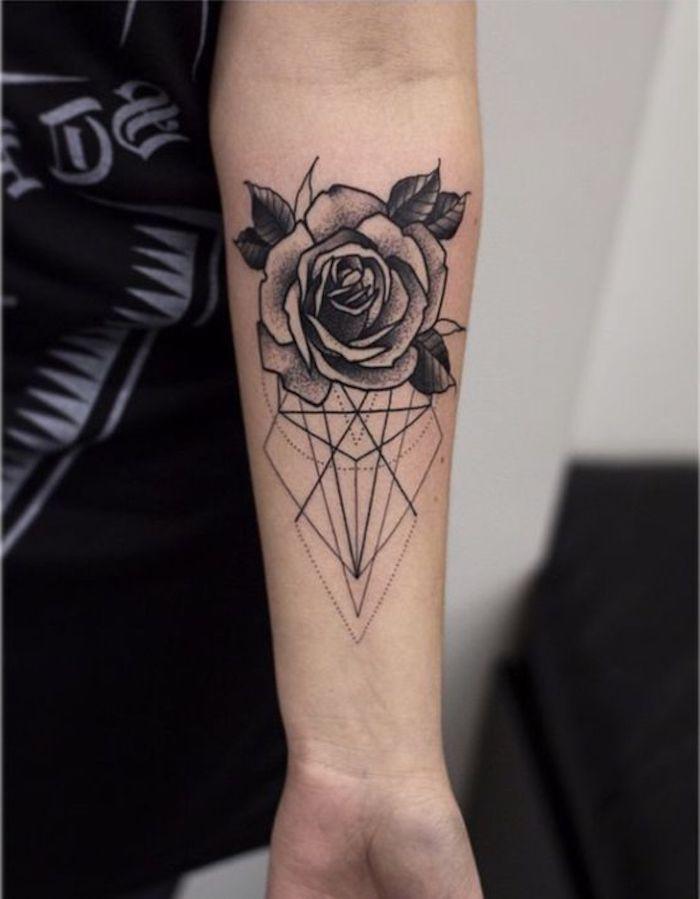 tatuaje antebrazo geométrico con una rosa color negro, superbonitos diseños de tatuajes con flores y sus significados