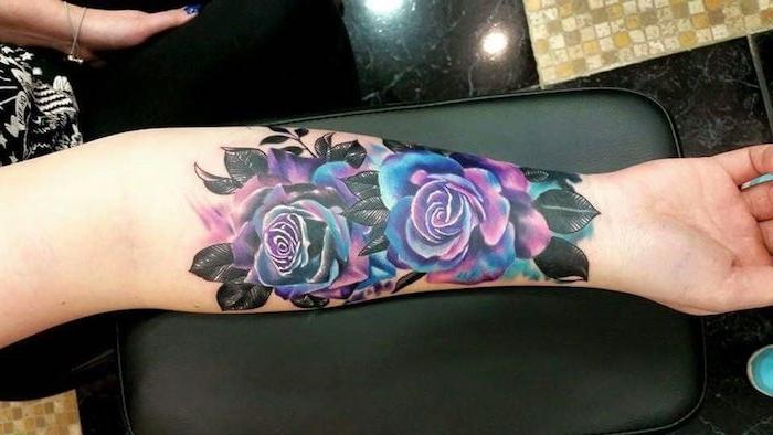 antebrazo tatuado con rosa en color azul y lila, hermosos diseños de tattoos pequeños mujer en fotos, tatuajes rosas