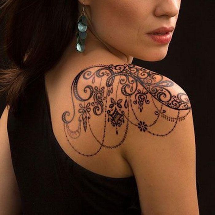 tatuaje bonito en el hombro, tattoos pequeños mujer, diseños de tatuajes con motivos florales en fotos, tattoos flores