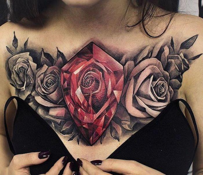 tatuaje grande en el pecho con diamante en color rojo y rosas negras, diseños de tatuajes con un significado fuerte
