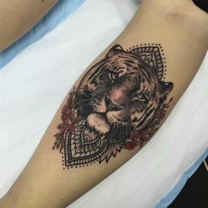 tatuaje tigre en estilo old school en el antebrazo, tatuajes con flores y ornamentos originales, tatuajes para mujer en la espalda