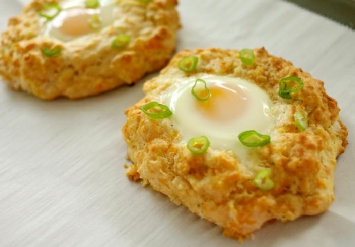 tartas ricas con huevo frito, recetas con huevos estrellados, sabrosas recetas para un brunch en casa en imágenes