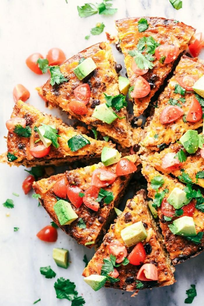trotilla con vegetales, recetas con tomate y aguacate, las mejores ideas para preparar un brunch en verano