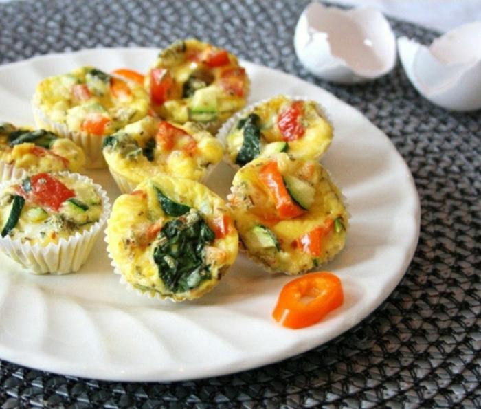 mini magdalenas vegetarianas con espinacas, calabacines y tomates, recetas de cocina fáciles y rápidas