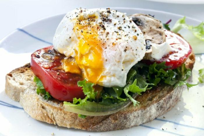 tostadas integrales con lechuga, tomates, huevos escalofados y setas, las mejores ideas de tostadas para un desayuno rico y nutritivo