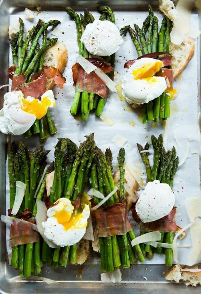 espárragos al horno con jamón y huevos escalofados, recetas con jamón originales, platos con huevos