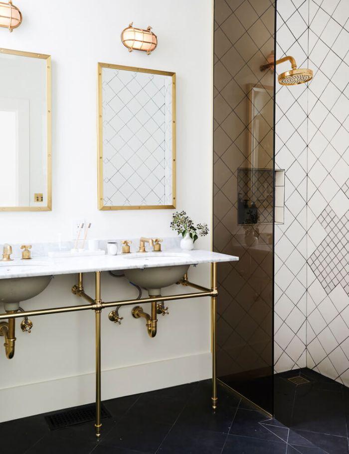 pequeño baño decorado en estilo industrial, espejos en dorado y tuberías expuestas, decoración de interiores 2019