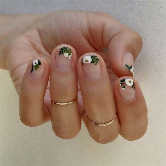 uñas cortas con dibujos en las puntas, originales ideas dibujos en las puntas de las uñas, decoración con peonías color blanco