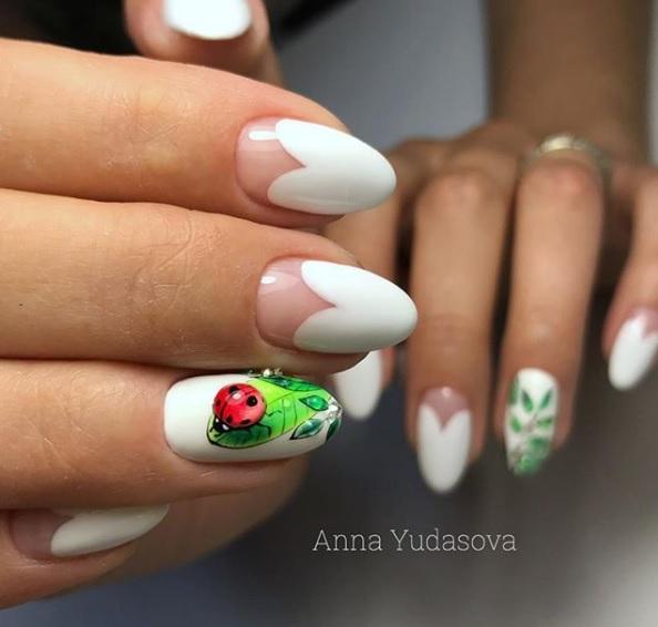 100 ejemplos de uñas decoradas diseños actuales en fotos, uñas largas pintadas en blanco con precioso dibujos