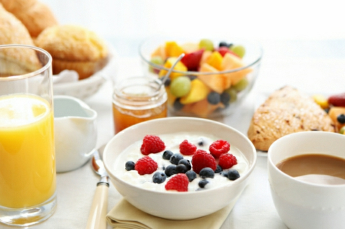 ideas de sayudanos para conseguir una dieta sana y equilibrada, yogur griego con frambuesas y arándanos frescos y miel