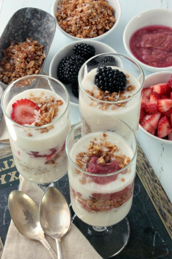 las mejores ideas de desayunos saludables, yogur griego con arándanos, fresas, moras y cereales, ideas de desayunos tardíos