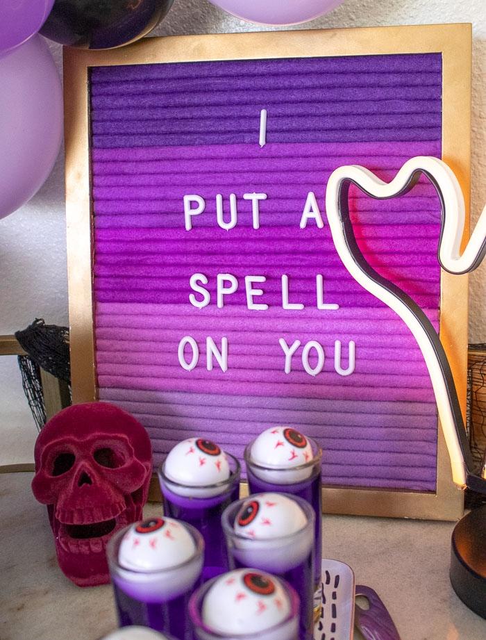 fotos de decoracion de halloween casera, ideas originales decoración casa en los tonos del color lila, decoración halloween