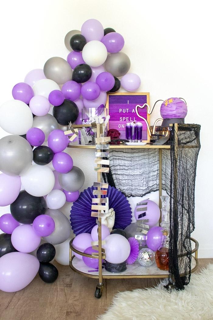 ideas de decoración para una fiesta de Halloween temática, decoración salón globos en colores originales, decoracion de halloween casera