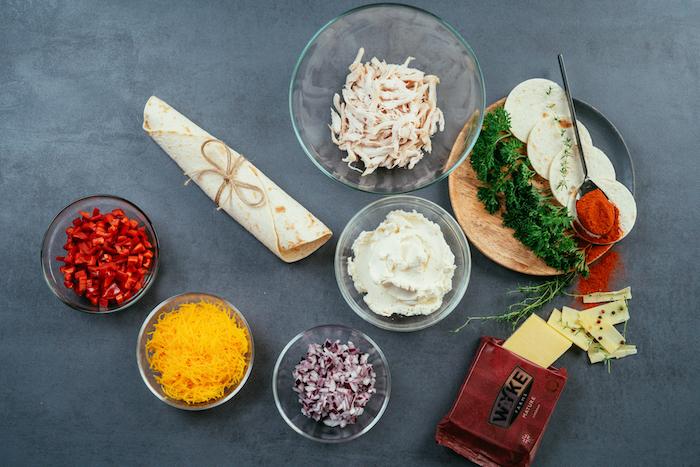 originales ideas de tacos mexicanos, como hacer mini tacos con pollo, verduras y queso rallado cheddar paso a paso
