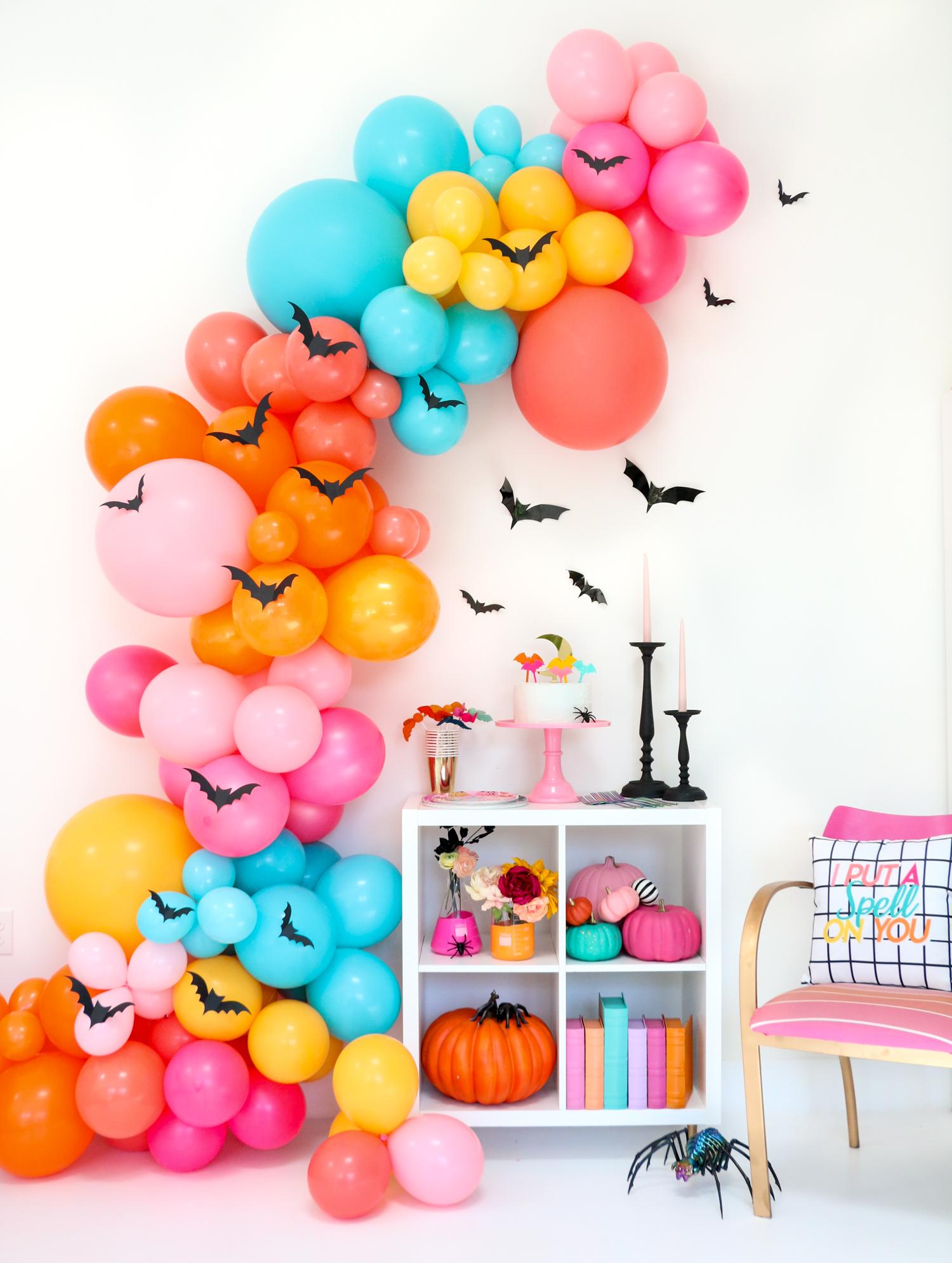 super originales ideas de decoracion de halloween casera, globos en diferentes colores, calabazas decoradas mini murciélagos de papel