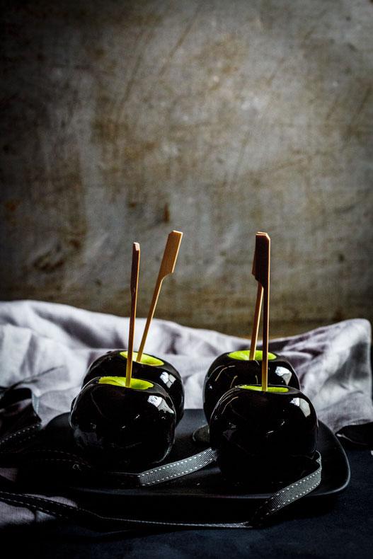 magníficas ideas de postres de halloween, manzanas caramelizadas color negro, más de 100 ideas y recetas paso a paso