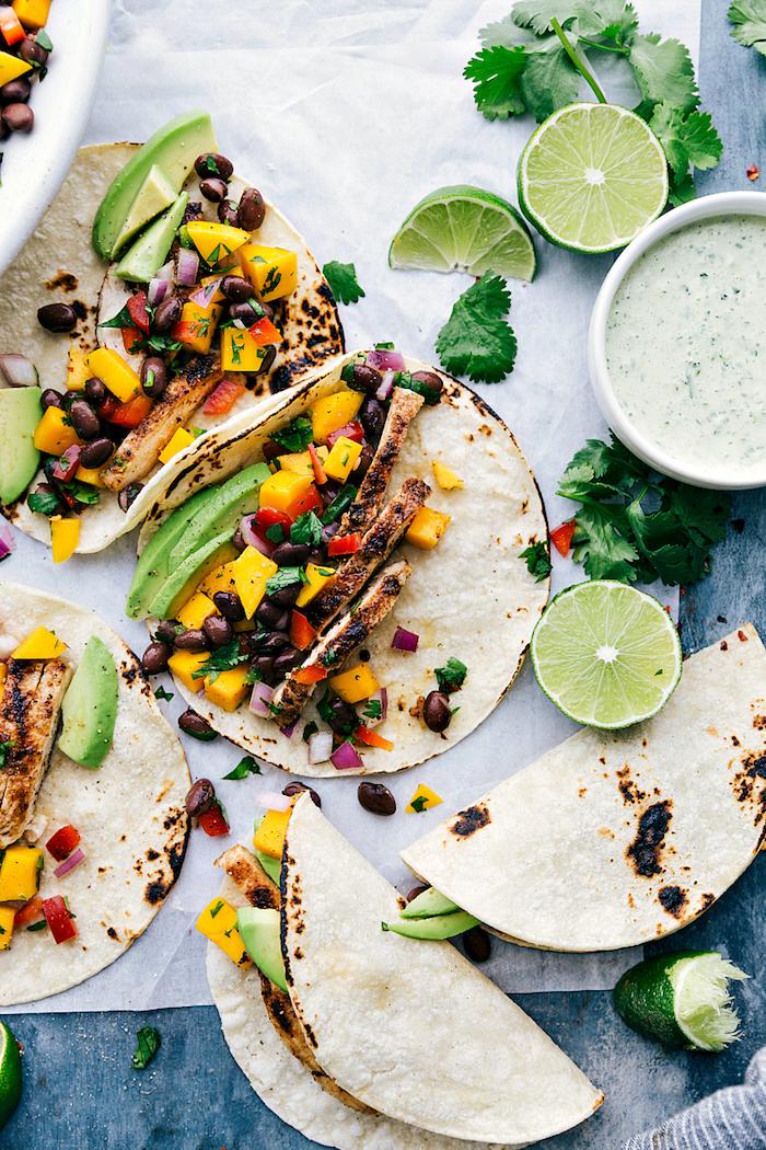 ideas originales sobre como hacer tacos mexicanos, tacos con aguacate, carne, frutas y judías negras, recetas en fotos