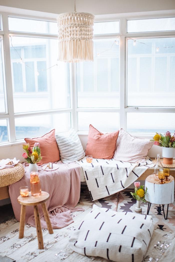 como hacer macrame en lámpara, bonito salón decorado en tonos pastel, lámpara colgante con borlas y nudos macramé