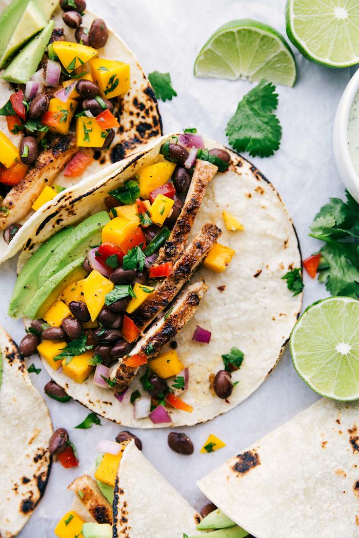 como hacer recetas con tacos originales y fáciles de hacer, coloridas fotos con propuestas de recetas paso a paso