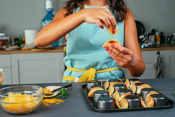 como hacer tacos en el horno, rellenos para tacos originales y fáciles de hacer, tacos con pollo y queso cheddar rellado