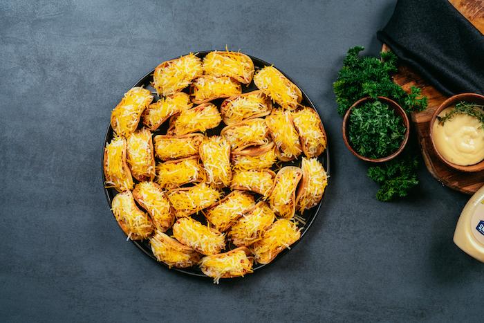 mini tacos receta original, imágenes de tacos pequeños con pollo, verduras y queso rallado, las mejores ideas de entrantes