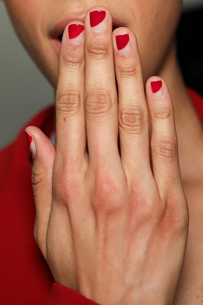 diseños uñas cortas pintadas con esmalte transparente y rojo fuego, uñas rojas cortas diseño moderno, fotos de uñas