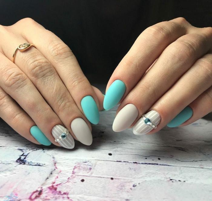 uñas largas pintadas en color gris y aguamarina con decorados con rayas y perlas decorativas, ideas de colores de uñas de moda