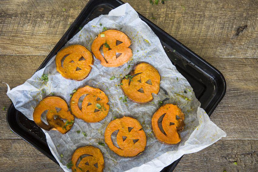 recetas de halloween para sorprender a tus invitados, batatas al horno decoradas, originales ideas de entrantes halloween