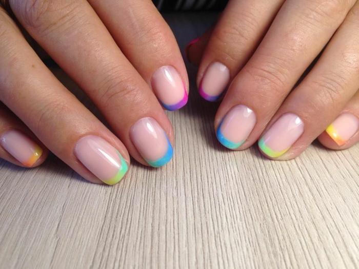 colores de uñas de moda y diseños en tendencia, uñas francesas decoradas con puntas en colores neon, diseños de uñas