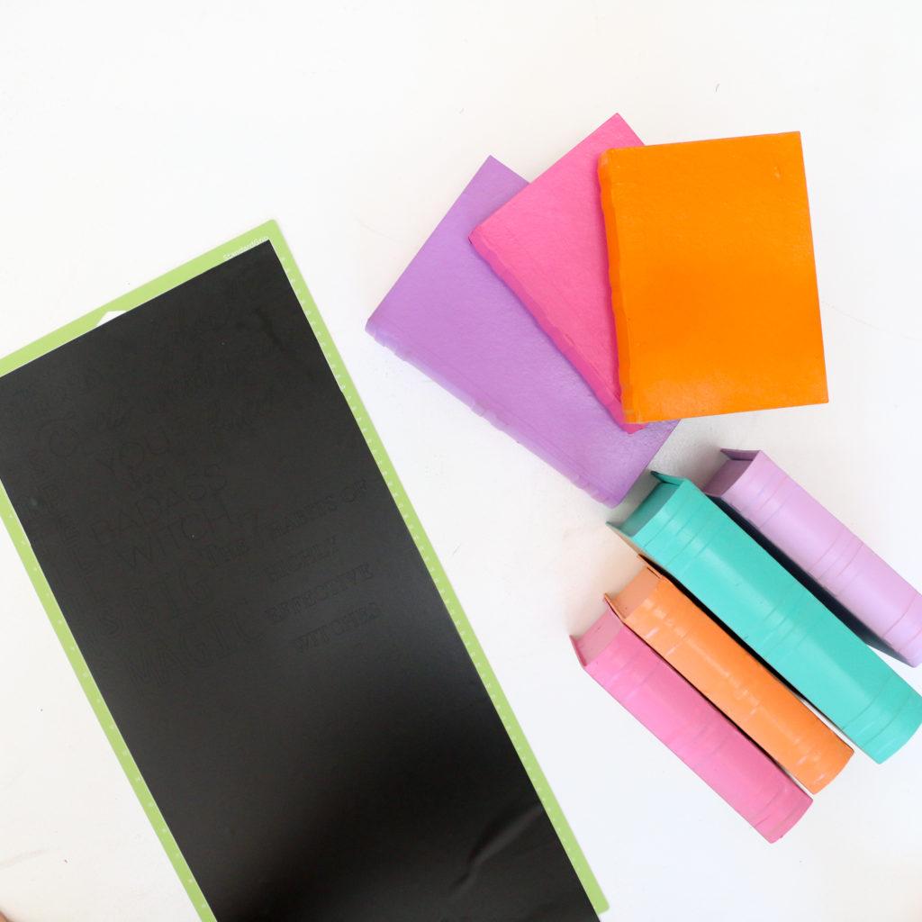 como hacer decoracion de halloween casera, ideas originales decoración DIY, fotos de libros decorados en colores vibrantes