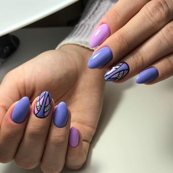 modelos de uñas decoradas con elementos geométricos, uñas pintadas en los tonos del color morado, uñas largas bonitas