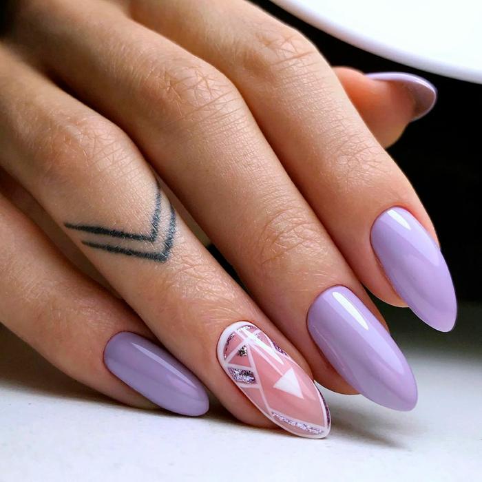 uñas muy largas pintadas en color lila y rosado con detalles geométricos y brocado, diseños de uñas bonitos y originales